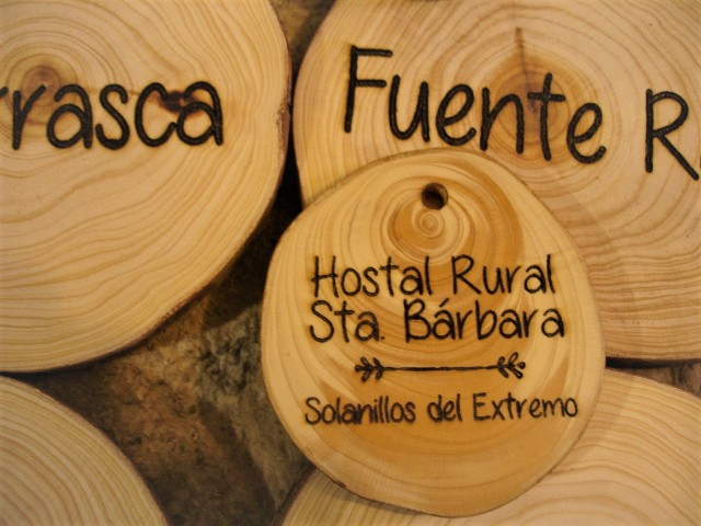 Llavero para hostal rural, hecho con madera de ciprés