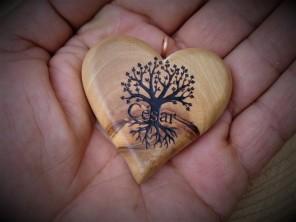 llavero de olivo, con forma de corazón. Se grabó nombre y el árbol de la vida